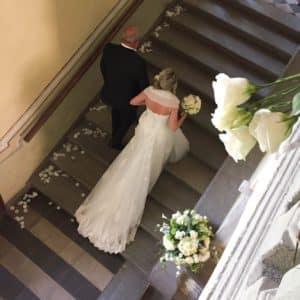 entrata sposa su scalinata